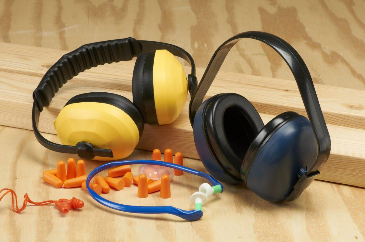 Double Dutch: heeft het combineren van oordopjes en oorkap zin?