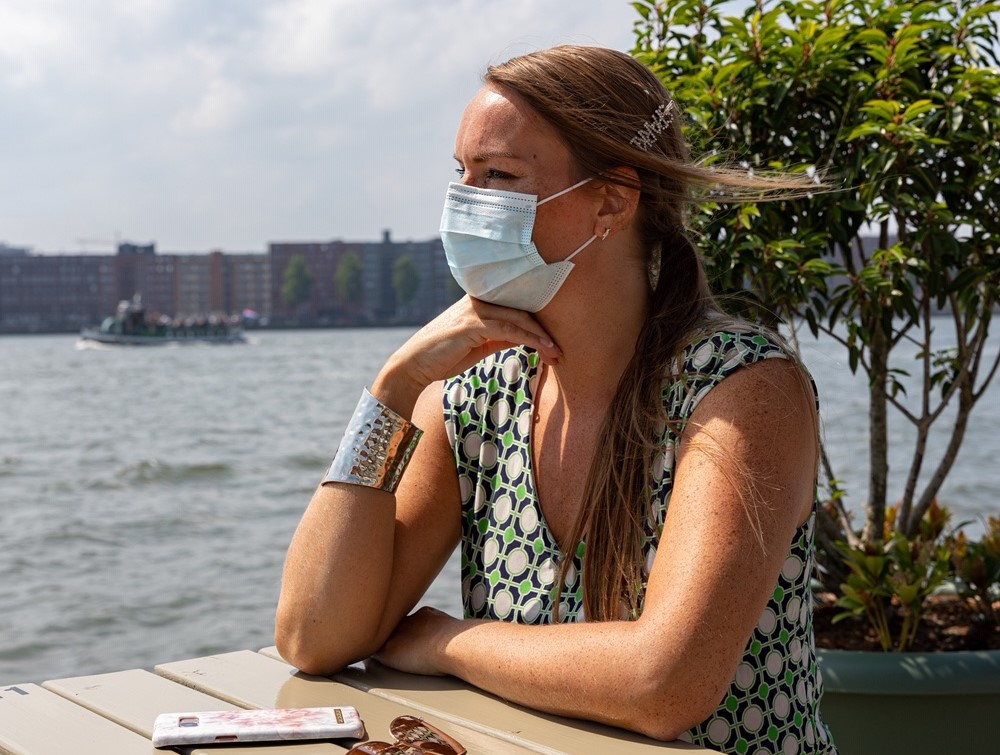 Corona-Covid-19 reisbescherming – wegwerp mondmasker vs. modieus